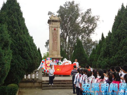 举行祭扫革命烈士纪念碑仪式