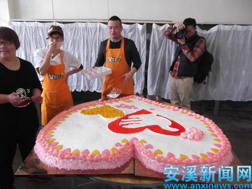 晋江市v5自造diy烘焙连锁店为孩子们制作大蛋糕