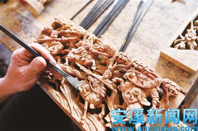 在木材选择上细分为结构木和装饰木,以坚硬的乌心石为骨架,雕花则选用