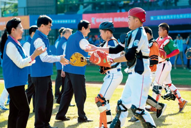2018 年12 月2 日,第二届海峡两岸学生棒球联赛总决赛在深圳开幕。这是受邀嘉宾与参赛球员共同为比赛开球。(毛思倩 摄) 两岸融合 共创未来 文《瞭望》新闻周刊记者顾钱江许雪毅宓盈婷付敏 两岸融合是民心所向,越来越多台湾同胞把自己的未来与大陆紧密联系在一起 深化两岸融合发展,绕不开政治分歧问题的解决。两制台湾方案让统一进行时有了清晰可见、具体可行的路径 亲人之间,没有解不开的心结。在久久为功的努力中,两岸同胞必能达成心灵契合 福建和台湾本来情感上特别浓,不管是饮食、文化、血缘